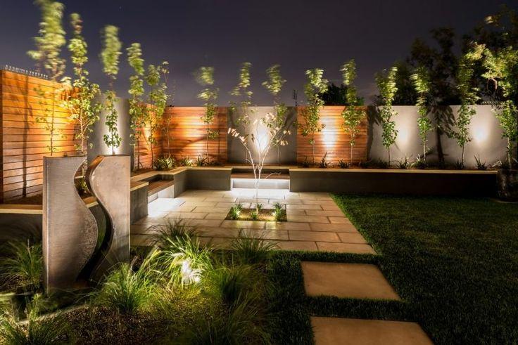 Indirekte LED Gartenbeleuchtung - Bodenleuchten neben dem Gartenzaun