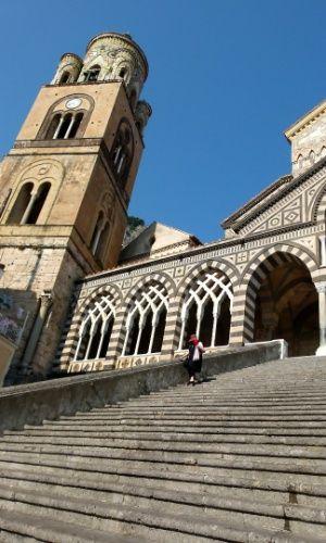 Símbolo da vila de Amalfi, a igreja Duomo di Sant'Andrea é acessível por uma escada de 62 degraus e exibe uma arquitetura única, com influências árabes, bizantinas, barrocas e normandas