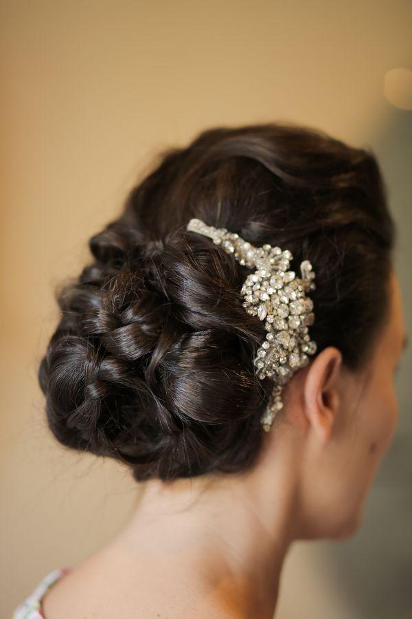 Hochsteckfrisur mit glitzerndem Haarschmuck | Ganze Real Wedding auf http://www.hochzeitsplaza.de/real-weddings/amy-und-camerons-stilvolle-herbsthochzeit | Foto von Pepper Nix Photography | #herbsthochzeit #hochzeit #herbst #braut #brautfrisur #hochgesteckt #haarkamm #glitzer #lange #haare