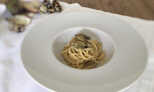 Spaghetti alla carbonara con uova di quaglia e carciofi