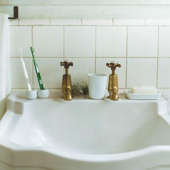 白磁歯ブラシスタンド 1本用  約直径4×高さ3cm  一人暮らしや二人暮らしには大きな歯ブラシスタンドは不必要。最低限の大きさで作りました。  税込 300円