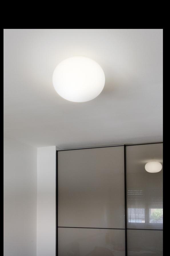 Nella stanza da letto la Glo Ball della Flos è come una luna dal colore candido che con luce diffusa si riflette sull'armadio sempre nel mood essenziale anni 70'.