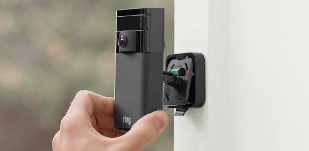 Ring Stick Up Cam, kommunikative Überwachungskamera für den Außenbereich  Die wasserfeste Stick Up Cam der Firma Ring überwacht den Außenbereich. Das Mikrofon und der Lautsprecher ermöglichen eine Zwei-Wege-Kommunikation.  #smarthome #automation #connected #tech #technews #smarttech #sicherheit #cam #homeautomation
