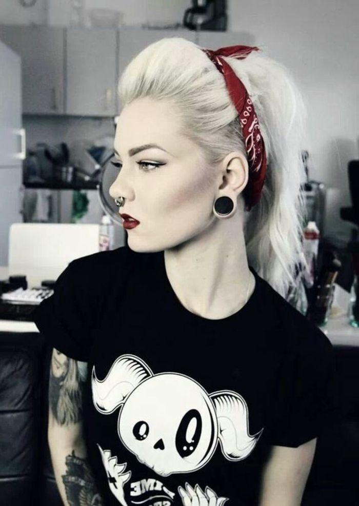 schwarzes t shirt, blonde, offene haare mit bandana