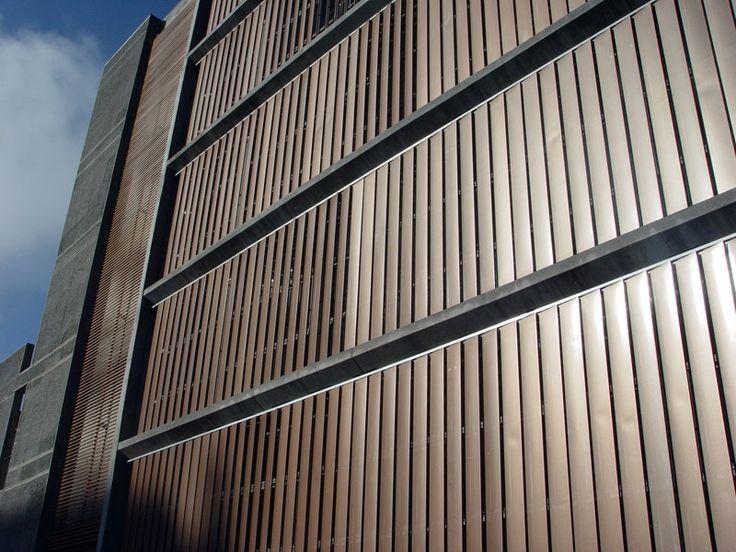 Producto: Aeroscreen Plano  Marca: Hunter Douglas   Descripción: - El quiebravista Aeroscreen 300 Plano ha sido diseñado para revestir fachadas de edificios como una doble piel, y a la vez ser una eficaz solución en la protección solar pasiva, proporcionando un mayor confort y ahorro energético. Si se requiere mantener el contacto entre el interior y el exterior del recinto, esto se logra a través de la transparencia de las paletas perforadas.
