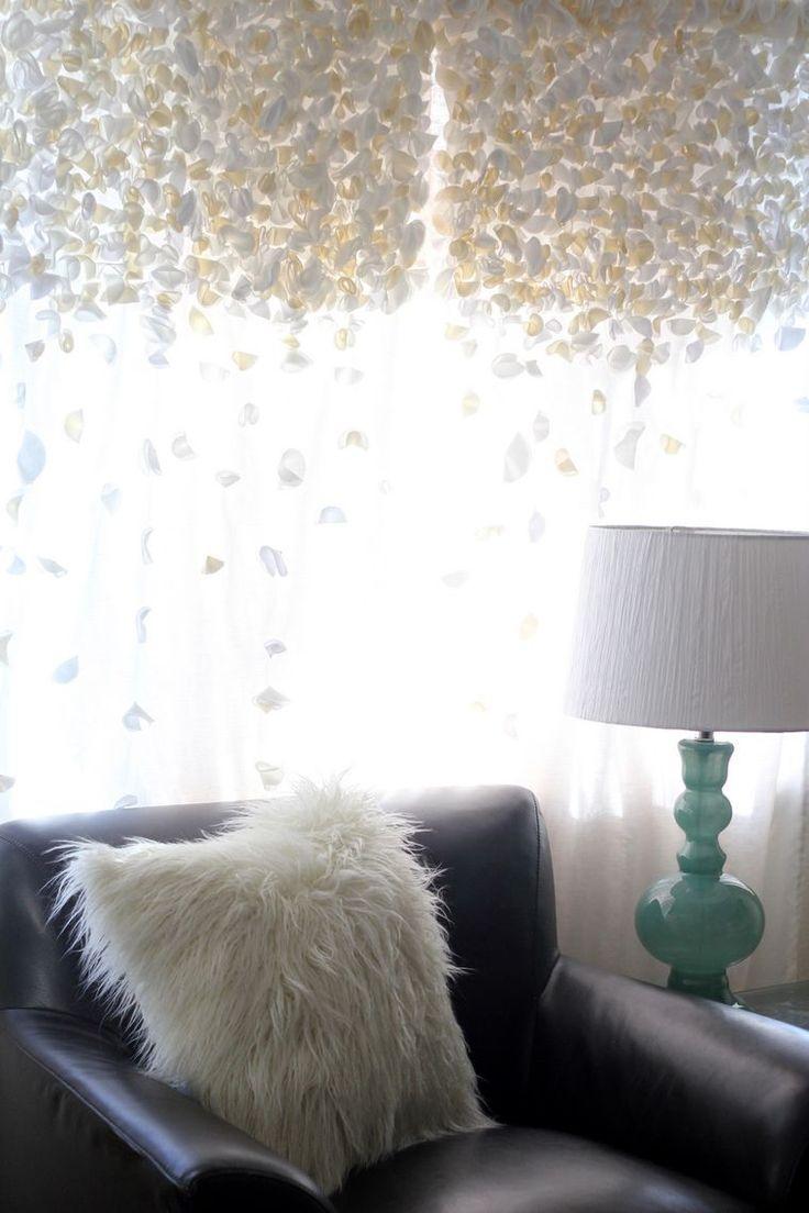 С давних времен в домах принято обрамлять окна шторами. Эти тканевые полотна призваны украсить оконные проемы, привнести в дом уют и гармонию. Количеству вариантов материала для портьер и расцветок нет числа. Если дизайн всего помещения неординарен и нестандартен, то дополнить и подчеркнуть его, конечно, помогут только необычные шторы. Предлагаем вашему вниманию подборку различных штор, будоражащих воображение.