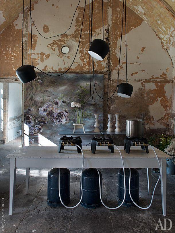 Стены кухни Клер пока не трогала — они и так выглядят живописно. Над рабочим столом — светильники AIM по дизайну Ронана и Эрвана Буруллеков для Flos. Для приготовления пищи используются газовые плитки сбаллонами.