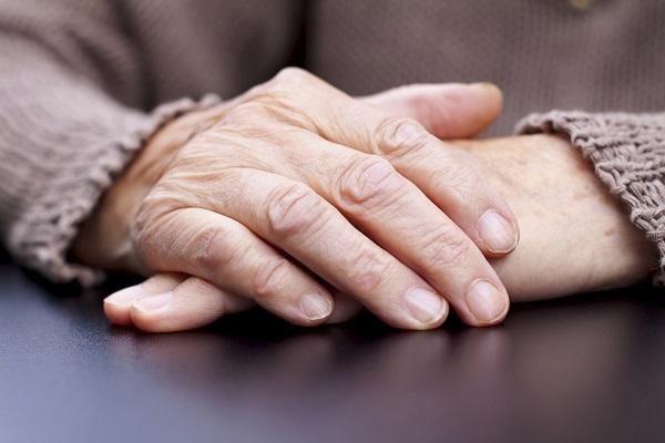 Cómo detener temblores en las manos. Los temblores en las manos o los dedos son un movimiento involuntario que pueden aparecer a cualquier edad, aunque suelen ser más comunes en personas de edad avanzada. Aún así, son muchas las causas q...