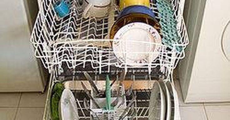 Como remover a ferrugem do escorredor de uma máquina de lavar louça. Máquinas de lavar louça são grandes invenções. Você apenas as enche com louças, adiciona um pouco de sabão, aperta um botão e pronto! Louça limpa. No entanto, o aparelho pode se desgastar bastante. Um dos principais risco que ele enfrenta é a ferrugem, devido ao fato de que está constantemente molhado. Porém, quando o escorredor da sua máquina ...