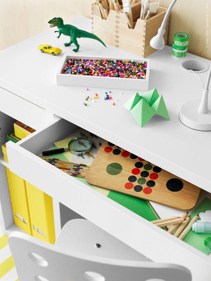 Pilligt pyssel och kluriga läxor stuvas enkelt undan i MICKE skrivbord. Nätta LED-lampan JANSJÖ, trälådorna FÖRHÖJA och tidskriftssamlare TJENA är fler smarta kompisar.