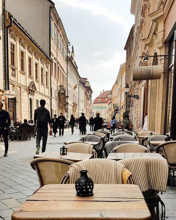 Tylko 57 km od Wiednia. Wypad na jeden dzień. Bratysława. Uliczki w sam raz na spacery i kawę przy stoliku na zewnątrz.  #neightborhood #vienna #bratislava #österreich #slovakia #slovakei #austria #streetofbratislava #streetofslovakia #oldtown #architecturelovers #architecture #street #cafe