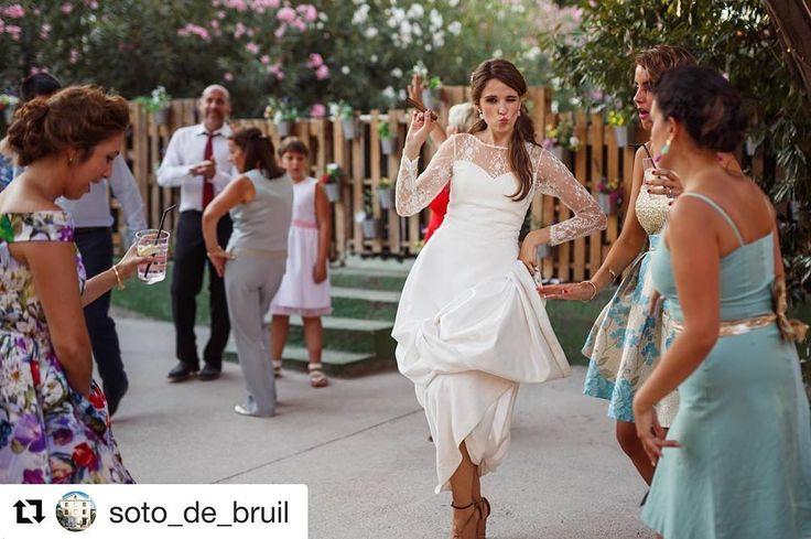 Novia Princesa @evapellejero divertida e ideal de la muerte!!!😍😍😘😘  #Repost @soto_de_bruil ・・・  Novias muy 🔝 para recordarnos que es viernes!!!💥 📸: @fotocrata   #sotodebruil #bodasbonitas #bodas #wedding #weddingday #bodaszaragoza #zaragoza #novias #noviasconestilo #fincasbodas #fincaszaragoza #eventos #eventoszaragoza #love #novios