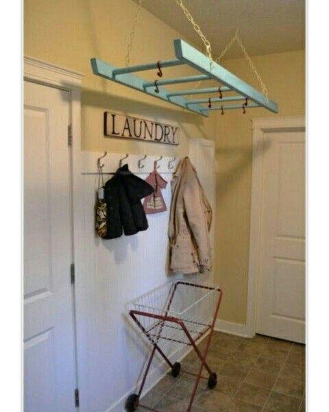 Escada pendurada no teto pode ser utilizada para pendurar roupas na lavanderia