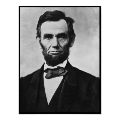 에이브러햄 링컨 초상사진   '미합중국의 상징'   링컨은 미합중국 제16대 대통령입니다. 그는 부정적인 그의 외모를 마케팅하여 오늘날 미국의 상징이 된 인물입니다.   그는 움푹 패인 볼로 앙상한 인상을 가지고 있었는데, 어느 소녀의 조언을 받아 턱수염을 기르기 시작하였다고 합니다. 그의 턱수염은 그의 상징이 되었고 어리숙한 모습은 '국민만을 위하는 바보 대통령'이라는 이미지를 심어주었습니다.   그리고 그는 미국에서 가장 사랑받는 대통령이 되었습니다.