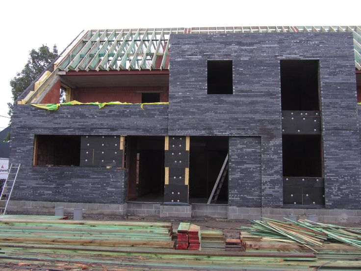 De dakwerken zijn volop aan de gang en de dakconstructie krijgt vorm. // Les travaux de toiture battent leur plein et la charpente prend forme.