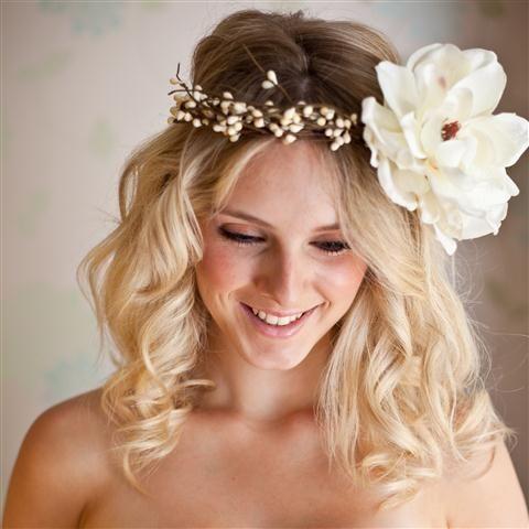 Corona de Flores ♥ Lo Más Chic Para las Novias ♥ ♥  #blanco #boda #corona #CoronadeFlores #CoronadeFloresParaNovia #diadem #diadema #fiesta #flores #FloresenelPeinado #morena #moreno #PeinadoconFlores #rubia #rubio #TocadodeFlores #trenzas