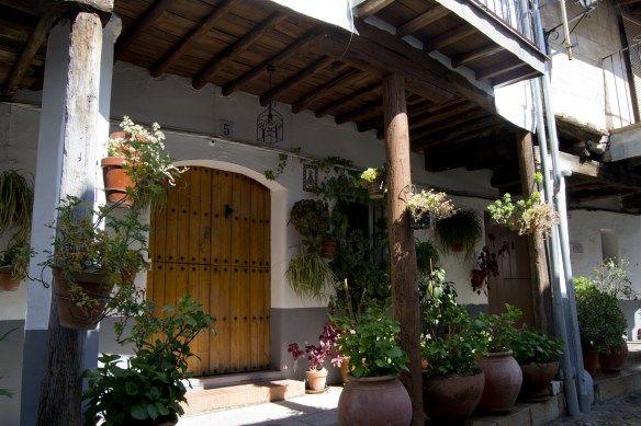 El recorrido por la calle Sevilla es muy agradable, sus casas porticadas traen a la mente mercados medievales, encontrarás tiendas para comprar la maravillosa morcilla de Guadalupe...