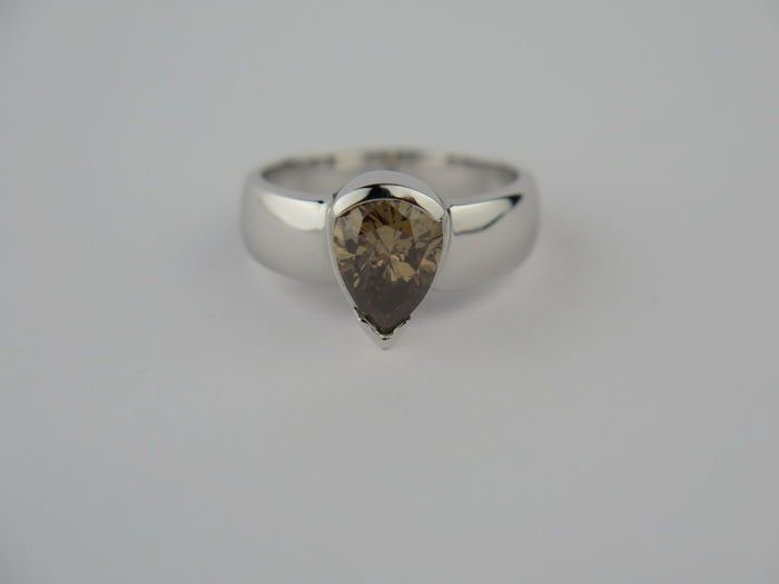 18kt Solitair ring met peervormige licht bruine diamant 2.00ct  18kt witgouden diamanten ring met mooie licht bruine peervormige diamant van 2.00ctMiddensteen : 1 diamant Caraat: 2.00 ct Kleur: Licht bruinZuiverheid: P1Slijpsel: peer 'Edelstenen worden vaak behandeld om de kleur of helderheid te verbeteren. Bij dit specifieke object is dit niet onderzocht.'Gewicht: 5.90grRingmaat: 53Komt in luxe sieraden doosje. Op aanvraag op maat te maken tegen een kleine vergoeding Aangetekende en…