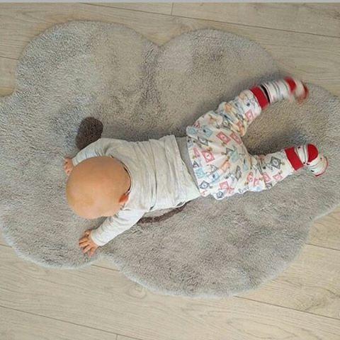 NIMBUS GRIS...déco et pratiqué ce tapis en 100% coton est lavable en machine!🙆 Merci à nos clientes pour les belles photos💕 #nimbus#nuage#tapisforme #decoration #enfant#kidsroom #gris#french #tapisbebe
