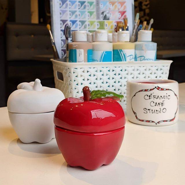 #idéecadeau 🎁 vous cherchez à offrir un cadeau aux profs de vos enfants? Que ce soit une tasse, un pot à plante, ou la fameuse pomme, on a ce qu'il faut ! 🍎