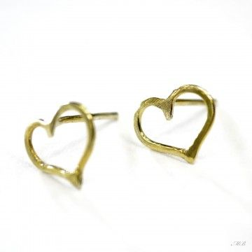 Delikatne, kobiece, malutkie kolczyki serduszka. Wykonane ze srebra próby 925, pokrytego 24 k złotem. Kolczyki typu sztyfty- zapięcie baranek srebrny.