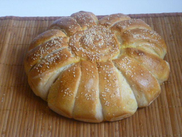 margherita di pan brioche, è un soffice pan brioche fatto con lievito madre farcito con zucchine, scamorza e speck da servire in un buffet