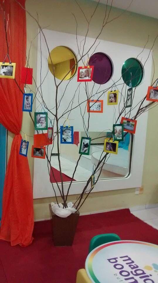 A entrada do Buffet, com a árvore galhos clean com fotos do bebê, uma fofura