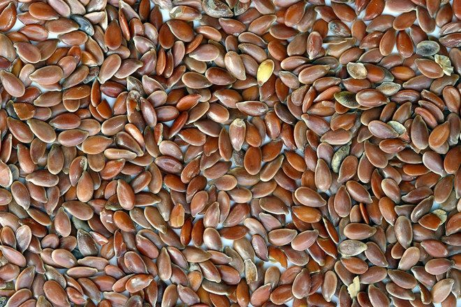 Afin que les intestins les synthétisent et qu'elles ne fassent pas que passer, les graines de lin doivent être moulues, ou au moins croquées. Une cuiller à soupe de graines de lin moulues apporte 3,3 g de fibres.