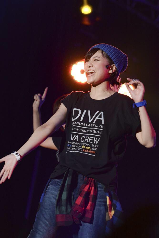 青いニット帽と腕時計、黒いTシャツがボーイッシュなAKB48時代の宮澤佐江