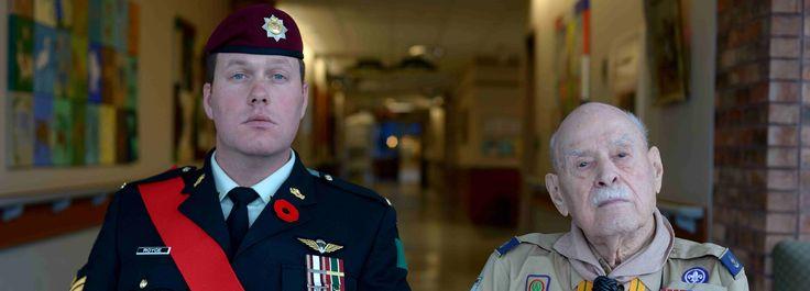 Le sergent Gregory Royce, parachutiste du 3e Bataillon, The Royal Canadian Regiment, et l'adjudant-maître (retraité) Mervin Jones, parachutiste canadien, vétéran de la Seconde Guerre mondiale, au Centre de santé des Anciens Combattants Perley Rideau, le 6 novembre 2014, à Ottawa, Ontario.