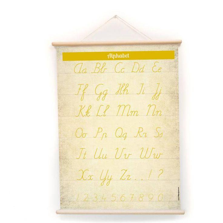 Vintage stijl poster/schoolplaat met aan de ene kant prachtig gouden alfabet met hoofdletters, kleine letters en cijfers en aan de andere kant een boek met fantasiewereld.