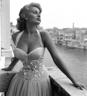 """...Nada faz uma mulher mais bonita do que a crença de que ela é linda""""—Sophia Loren Venice, 1955"""