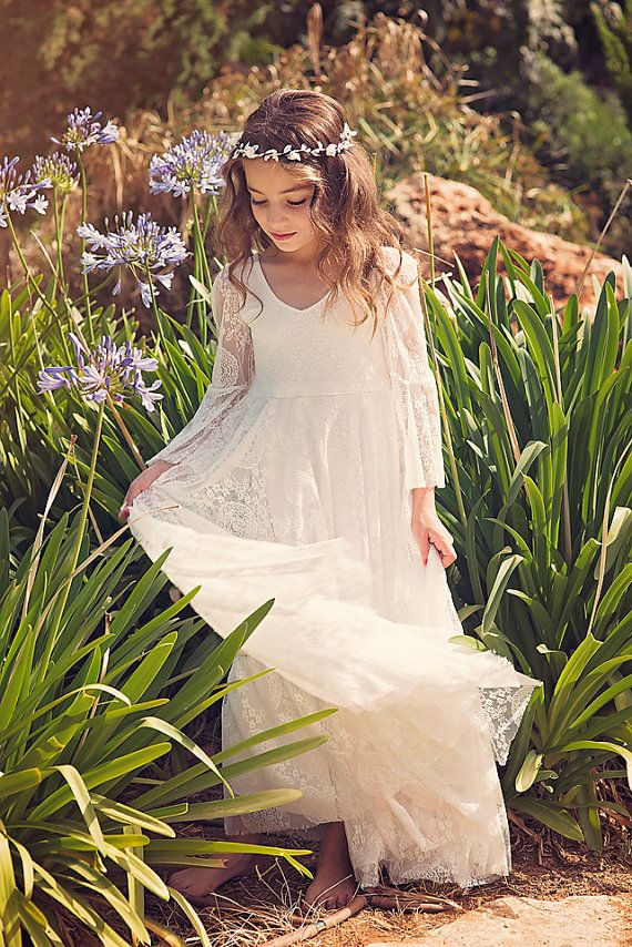 Erste Kommunion Kleid Blumenmädchenkleid aus White Lace Boho-Chic Mädchenkleid, Spitze Kleid Mädchen, Boho Blumenmädchenkleid, böhmische Hochzeit NEUE INSTAGRAM Follower bekommen 10 % Rabatt - einfach folgen unsere Instagram Seite, Nachricht, die mich auf Etsy und ich schicke Ihnen den