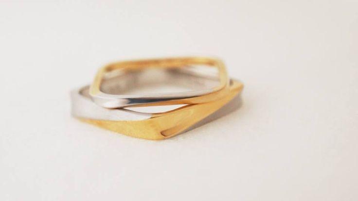 mina.jewelryのスクエアのマリッジリング。 新郎様は一部をイエローゴールドに。 新婦様は反対に一部をプラチナに。 金属を交換するというイメージで作りました。