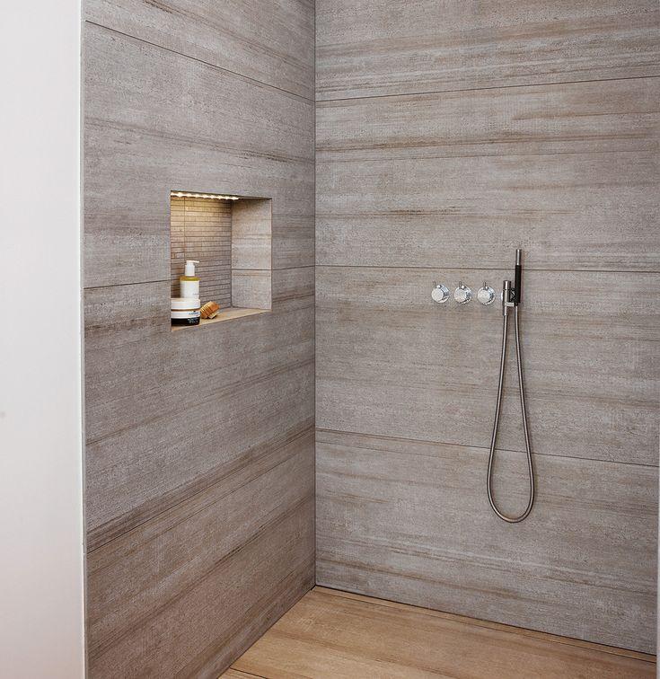 På det skandinaviske badeværelse er der indbygget hylde til shampoo, samt et indbygget brusesystem i enkelt design