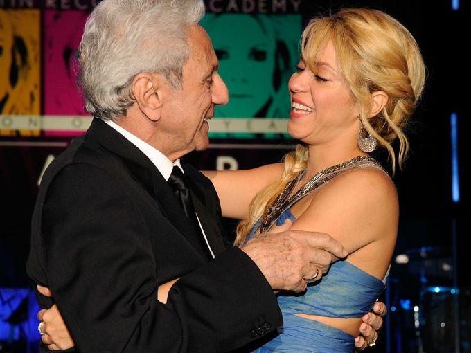 Las últimas dos semanas han sido una lluvia de rumores para la cantante colombiana Shakira. Tanto la revista Gente como TV Notas aseguraron que tiene 6 semanas de embarazo, pero que una enfermedad podría provocarle un aborto espontáneo y por eso no han querido confirmar la feliz noticia.