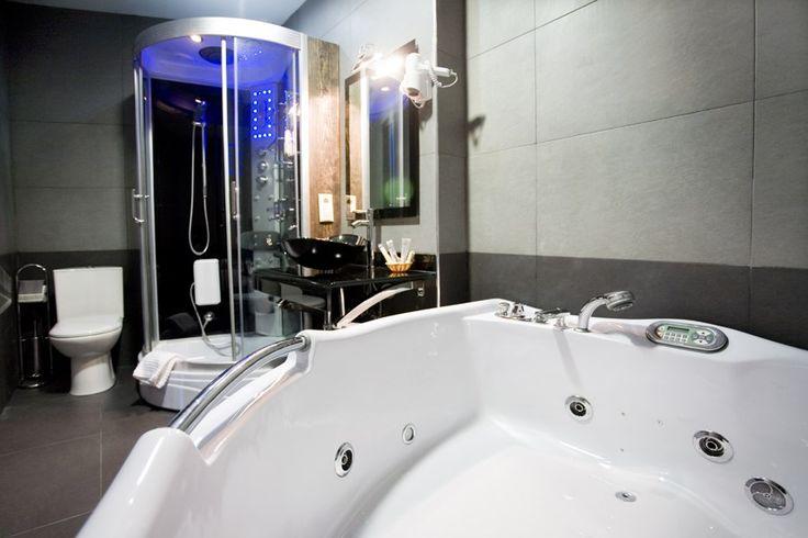 Diseno De Baño Rural:Jacuzzi de mármol diseño en baño rústico, cabina de ducha con #