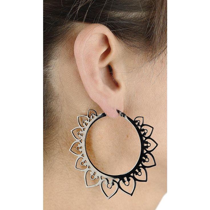 """Heart Hoop av Wildcat:  - Svarta hoop-örhängen med en bohemisk hjärtdesign - 6 cm i diameter - Tillverkade i rostfritt stål - Kan bäras som ett örhänge eller i dina töjningar - Tillverkad av behandlad, rep- och rostfritt stål - Extremt hudvänlig - Lämplig för allergiker  """"Wild at Heart"""". Hoop-örhänge - ett svart, kreolskt örhänge med bohemsk hjärtadesign från Wildcat visar din stenhårda men samtidigt ömhjärtade sida, och kan bäras som örhänge eller tunnel. Kan fullända din rockstil…"""