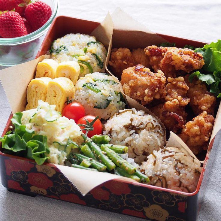 2016/4/3 日 ・ お弁当持ってお出掛けしてきます ・ ✳︎ほうれん草と卵のおにぎり ✳︎塩昆布とおかかのおにぎり ✳︎竜田揚げ ✳︎いんげんの胡麻和え ✳︎ポテサラ ✳︎卵焼き ・ お天気もちますように ・