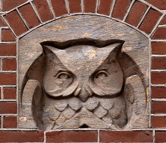 Gevelsteen met een uil by Vereniging Vrienden van Amsterdamse Gevelstenen,