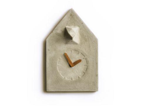Unter allen Kuckucksuhren ist diese die reduzierteste Vertreterin. Weniger geht nicht mehr. In diesem Entwurf wurden alle Merkmale einer Kuckucksuhr auf ein Minimum beschränkt. Dennoch ist sie eindeutig als Kuckucksuhr zu erkennen. Unterstützt wird das minimalistische Design durch eine puristische Materialwahl. Die Uhr wird aus Beton gegossen, passend dazu ist sie mit Zeigern aus Eichenholz ausgestattet.  Material: Beton, Eiche  Größe: Höhe: 24 cm Breite: 15 cm Dicke: 6 cm  Design: REHFORM