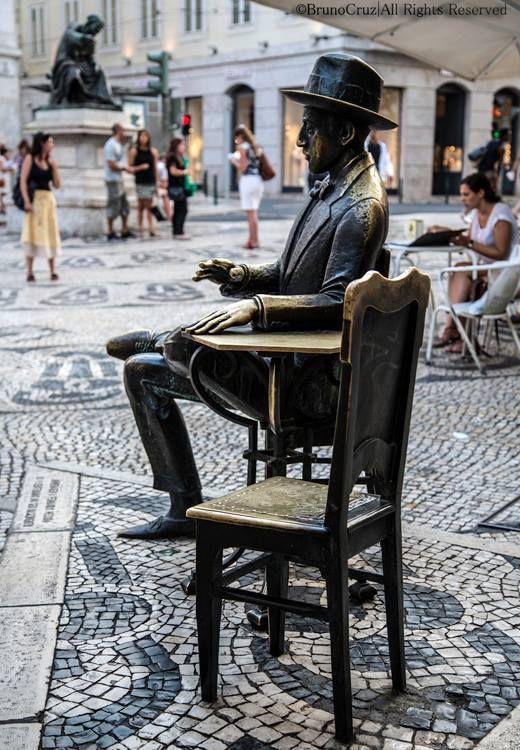 Estátua de Fernando Pessoa, em Lisboa, diante do café que costumava frequentar.