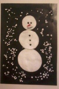 Делаем снеговика из ватных дисков, а снег - с помощью шариков пенопласта. www.singdanceplay.ru