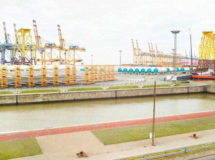 In Bremerhaven warten Komponenten für Offshore-Windkraftanlagen auf die...
