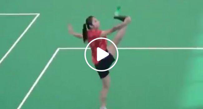 Mulher Faz a Mais Impressionante Performance Com Volante De Badminton