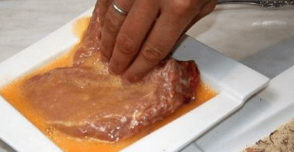 masová jídla Pokud chcete dosáhnout výsledku měkké kotlety, pár hodin před přípravou ji namočte do směsi octa a rostlinného oleje. Tento postup můžete využít i při grilování masa. Aby se vám maso nespálilo, položte na spodní mřížku skleněnou ohnivzdornou formu. Vaše maso bude až neuvěřitelně šťavnaté, pokud ho před vařením na pár vteřin dáte do …