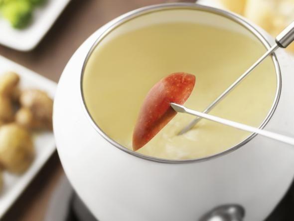 Das schweizer Käse-Fondue ist ein Knaller der Saison. Zur kalten Jahreszeit oder an Festtagen schmeckt das Essen besonders gut. Mit simplen Zutaten wie Wein, Brot und Käse kocht ihr ein Festmahl mit jeder menge Spaß für euch und eure Freunde.