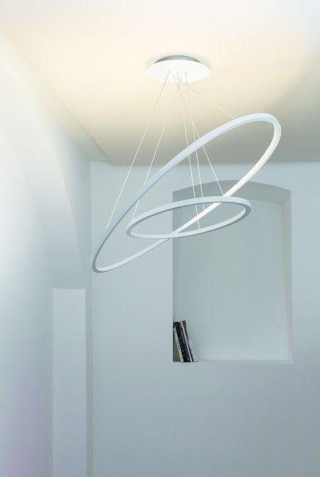 LED pendant lamp in two sizes -regular and mini- for diffused, indirect lighting. Extruded alluminium, matt white liquid painted, with polycarbonate opal diffuser. Ceiling box of regular version may be used to simultaneously suspend also the mini version.