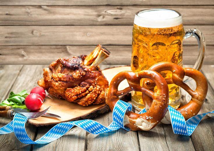 Das Oktoberfest in München ist nicht nur für sein gutes Bier bekannt, sondern auch für seine kulinarischen Spezialitäten. DasKochrezept.de hat die feinsten Schmankerl zusammengestellt: von der Auszognen bis zum Steckerlfisch.