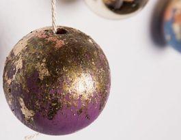 DIY tutorial: Houten kerstballen maken en versieren met bladmetaal via DaWanda.com